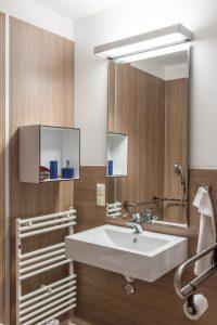 Spezielle Badleuchten wie die VANERA BATH leuchten nicht nur den Gesichtsbereich gleichmäßig aus, sondern sorgen für ein positives Raumgefühl.