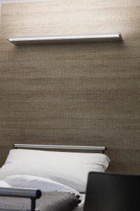 Die Bettwandleuchte ZERA Bed ist vileseitig einsetzbar dank Untersuchungslicht, Allgemeinlicht, Leselicht oder Nachtlicht.